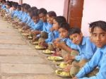 प्राथमिक शाला में  मध्यान्ह भोजन पर जातिगत भेदभाव