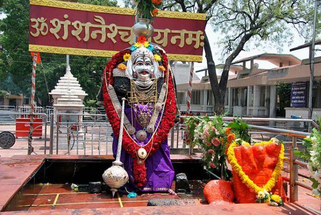 शनि शिंगणापुर विवाद : महिला पुजारी को मंदिर में स्थान देने की मांग