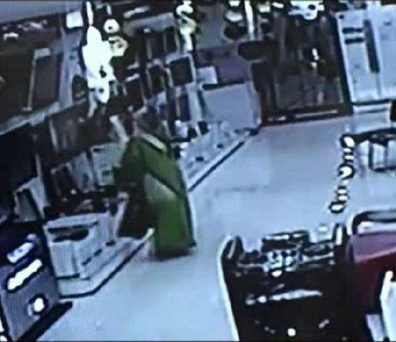 महिला चोरनी साड़ी में छुपाकर ले गई LED टीवी