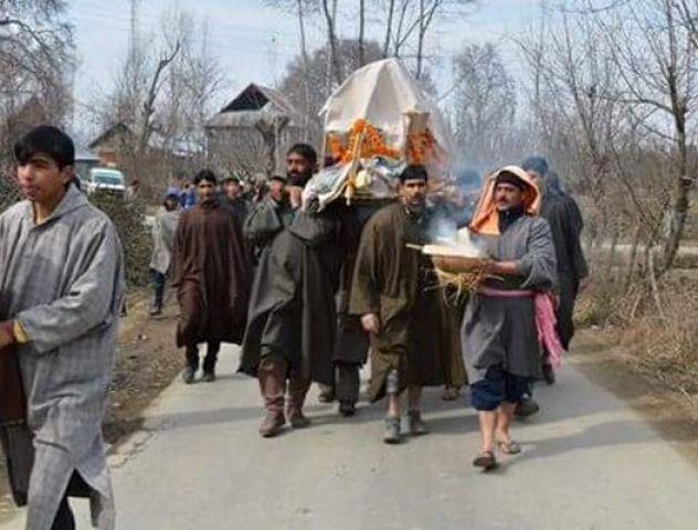 इंसानियतः मुसलमानों ने किया कश्मीरी पंडित का अंतिम संस्कार