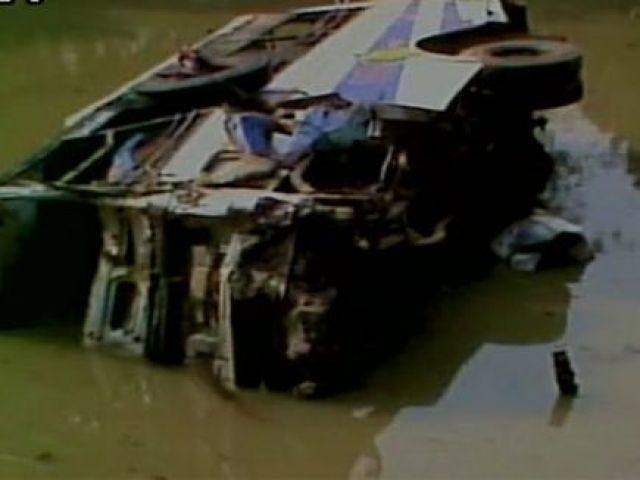 त्रिपुरा में तालाब में गिरी बस, 6 की मौत