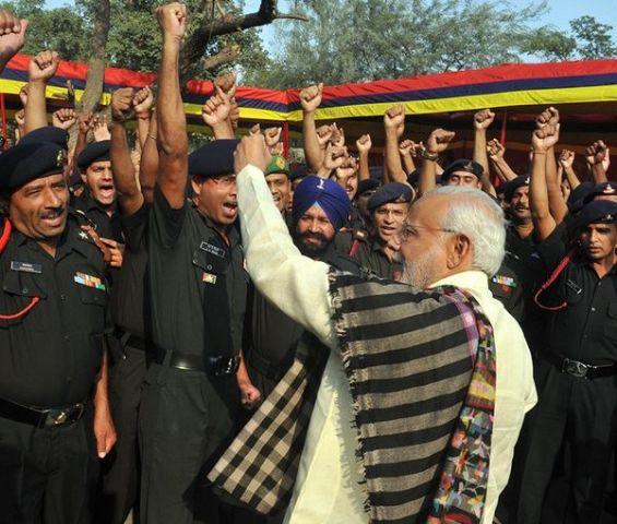 जवानों के बीच पहुंचकर खुद को नहीं रोक सके PM मोदी