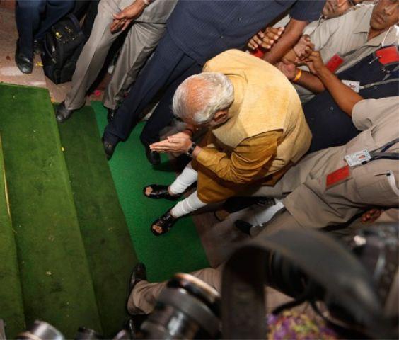 पहली बार देश को मिला संसद की सीढ़ियों पर सर झुकाने वाला शासक