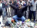सफाईकर्मियों की हड़ताल जारी, डिप्टी CM सिसौदिया के घर के बाहर फैंका कचरा