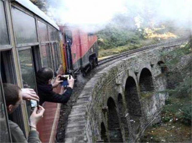 पर्यटकों ने लिया कालका-शिमला ट्रैक पर ओल्ड स्टीम इंजन का मज़ा