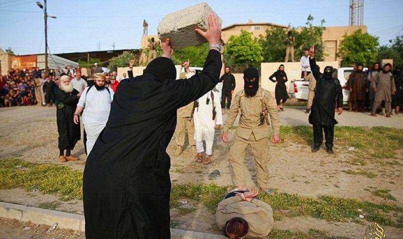 ISIS आतंकियों की दरंदगी, सरेआम पत्थर से कुचला युवकों का सिर