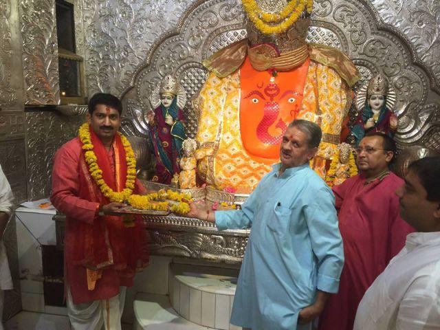 पदभार सँभालने से पहले इंदौर के नए कलेक्टर पहुंचे खजराना गणेश के दरबार