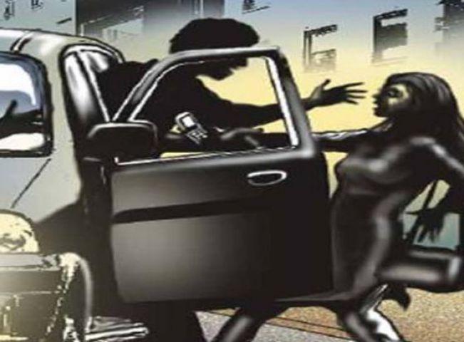 किशोरी का अपहरण कर कार में दुष्कर्म