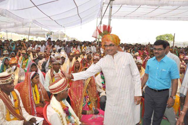 मामा ने दिया भांजियों को  आशीर्वाद, मुख्यमंत्री कन्यादान योजना के तहत हुए विवाह