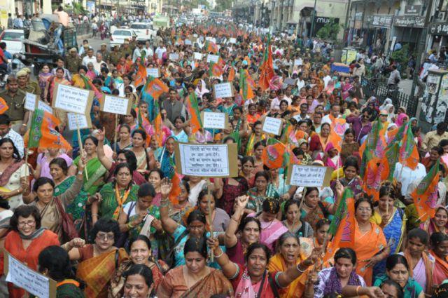 भाजपा महिला मोर्चा ने दिया सीएम हाउस के बाहर धरना