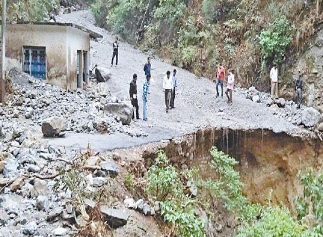 देशभर में भारी बारिश का अलर्ट, कहीं सड़कें टूटी कहीं, पहाड़ खिसके