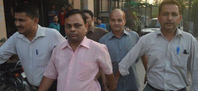 सीबीआई की कार्यवाई में आयकर विभाग अधिकारी को रंगे हाथो रिश्वत लेते गिरफ्तार