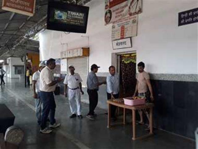 रेलवे कैंटीन में 35 की थाली 100 रु. में बेचते पकड़ा