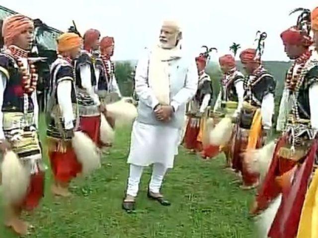 खासी आदिवासियों के बीच पहुंचे PM मोदी, उठाया लोकनृत्य का आनंद