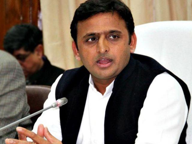 CM अखिलेश के काफिले को रोका, पुलिस पर फेंकी चप्पलें