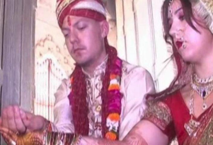 स्वीडन के प्रेमी जोड़े ने किया भारतीय पद्धति से विवाह