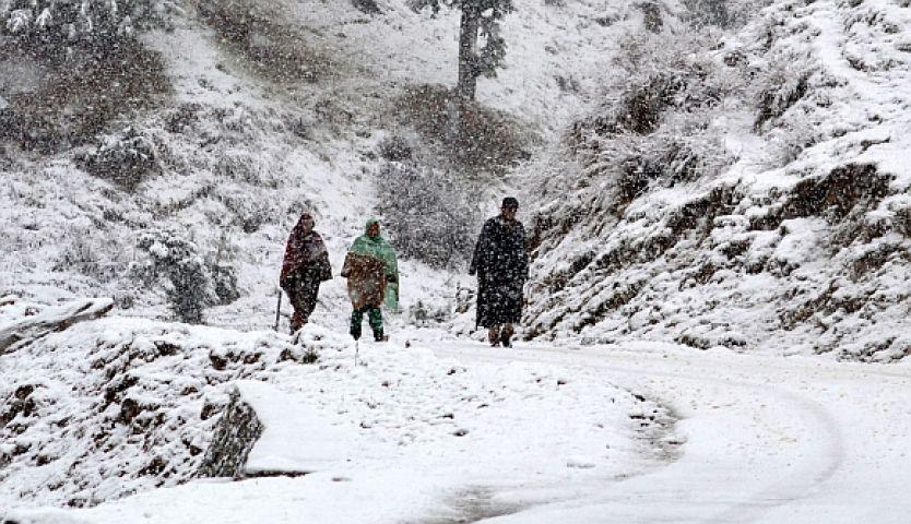 बर्फ से घिरी कश्मीर की वादियां