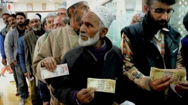 गुलजार हुये कश्मीर के बाजार, बैंकों में लगी कतार
