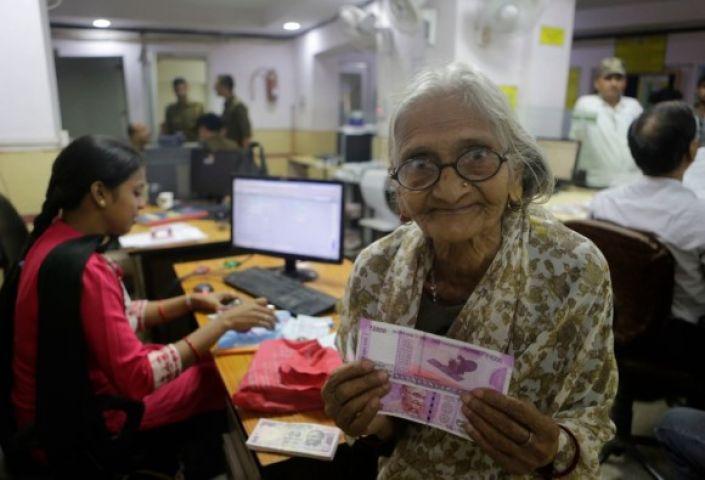सिर्फ बुजुर्गों के लिए आज खुलेंगे बैंक, अब दुकानों से भी मिलेगी नकदी