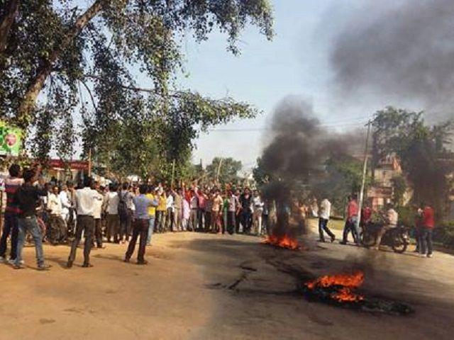 बेकाबू हुआ बरघाट, कलेक्टर की गाड़ी पर हमला, लाठीचार्ज के बाद लगा कर्फ्यू