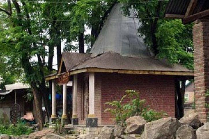 जम्मू कश्मीर में शिव मंदिर की सुरक्षा कर रहा मुस्लिम परिवार