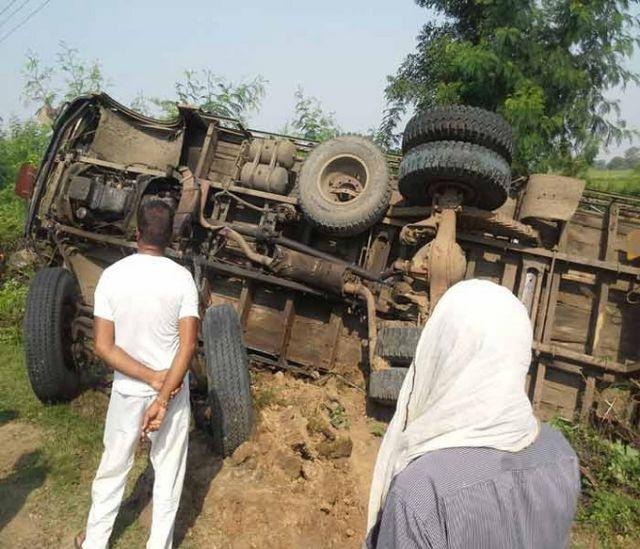 अवैध खनन के तहत रेत से भरा ट्रक झोपड़ी में घुसा: तीन की मौत, दो घायल