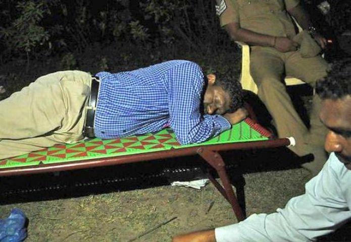 फर्ज निभाने के लिए शमशान में सो गया IAS अफसर