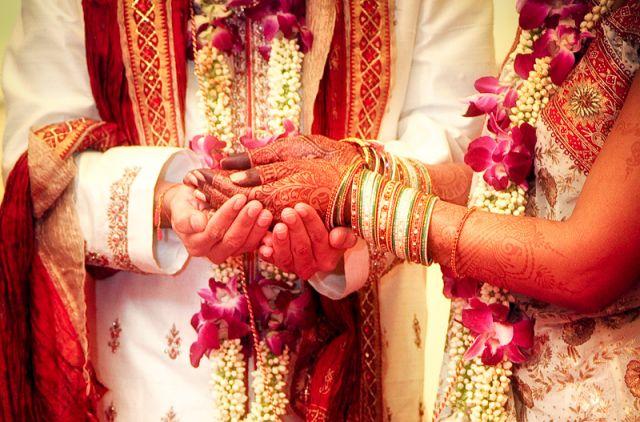 अरे यह क्या? बहन ने भाई से ही कर ली शादी