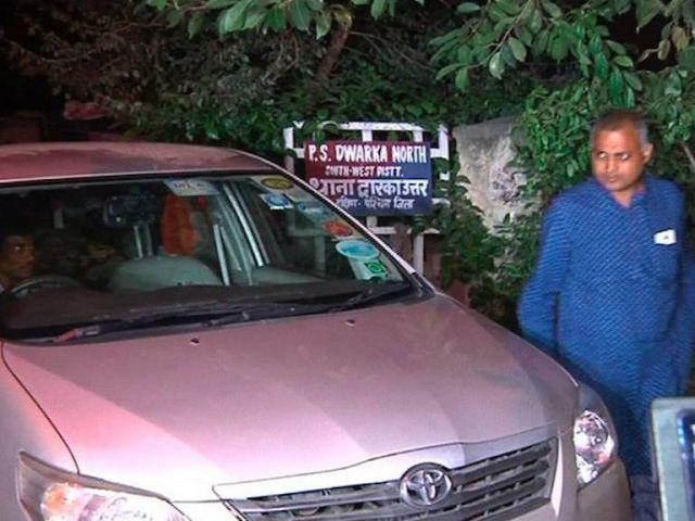 'डॉग' को लेकर पुलिस स्टेशन में हाजिर हुए सोमनाथ भारती