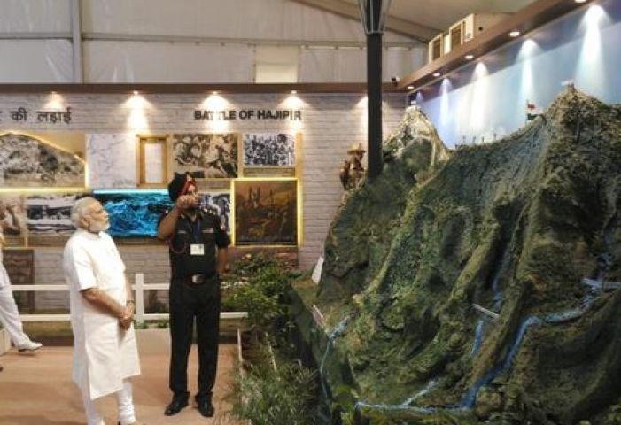 सेना की वर्दी में बंदूक थामे नजर आए PM मोदी