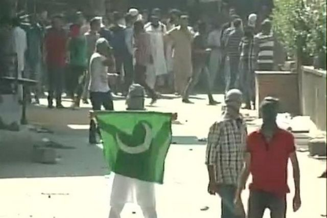 श्रीनगर: प्रदर्शन में लहराए गए पाकिस्तानी झंडे