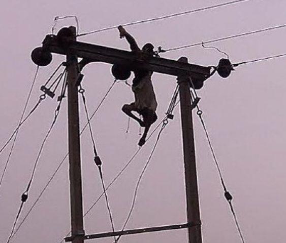 खंबे पर चढ़े युवक को लगा करंट का जोरदार झटका, 6 घंटे लटकी रही लाश