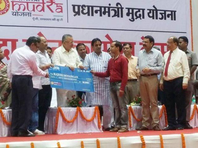 CM रमन सिंह ने किया प्रधानमंत्री मुद्रा बैंक योजना का शुभारंभ