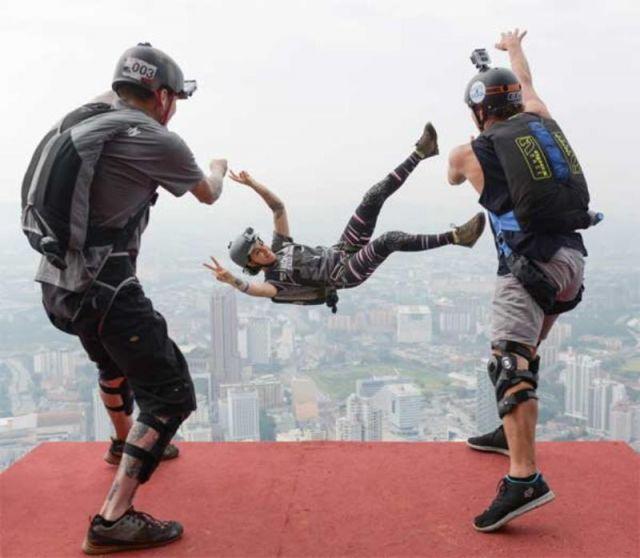 300 फिट की ऊँचाई से महिला को फेंका, दिया बर्थडे गिफ्ट