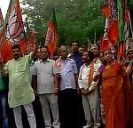 बाटला हाउस: BJP कार्यकर्ताओं ने किया सोनिया के खिलाफ प्रदर्शन