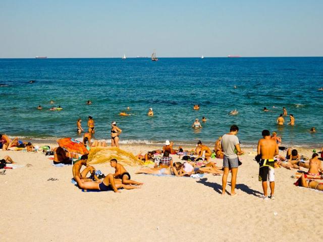 समुद्र किनारे सैकड़ों लोगों के सामने लड़की से गैंगरेप