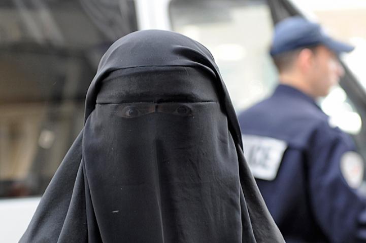 मस्जिद में महिलाओं के लिबाज़ पहन की छेड़छाड़