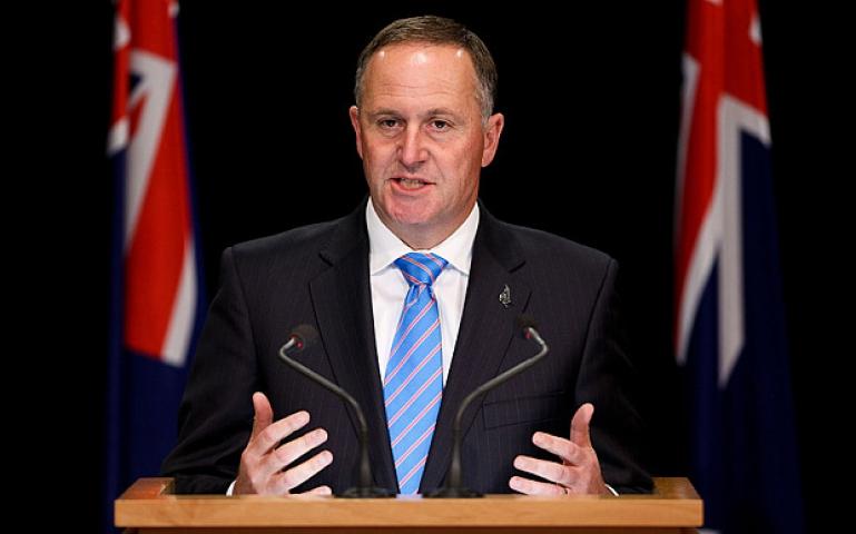 न्यूजीलैंड के PM जॉन ने महिला की चोटी खीचने के लिए मांगी माफी