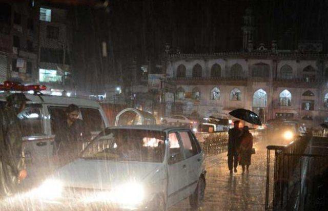 अब पाकिस्तान में बेमौसम बारिश से आफत