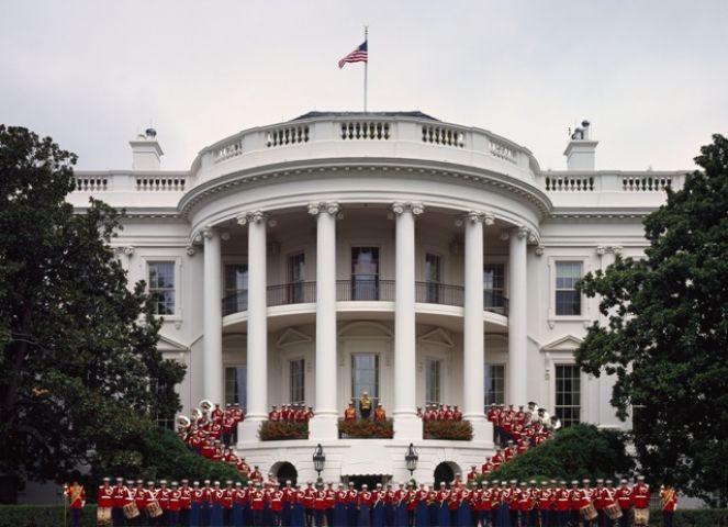 व्हाइट हाउस में एक अज्ञात महिला ने फेंका संदिग्ध सामान