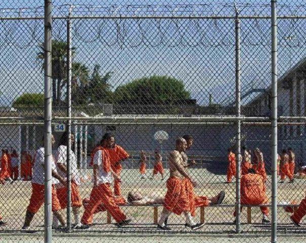 जेल की दीवार गिराकर भाग खड़े हुए 100 से अधिक कैदी