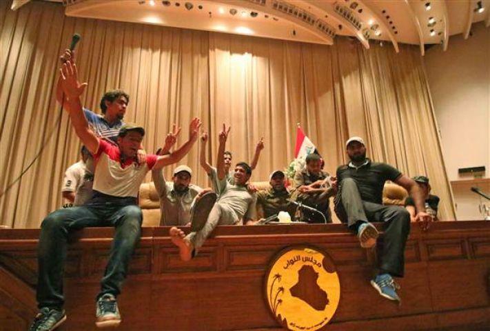 बगदाद में संसद भवन के ग्रीन ज़ोन में हजारो लोगो ने की तोड़फोड़,हुई इमरजेंसी लागु