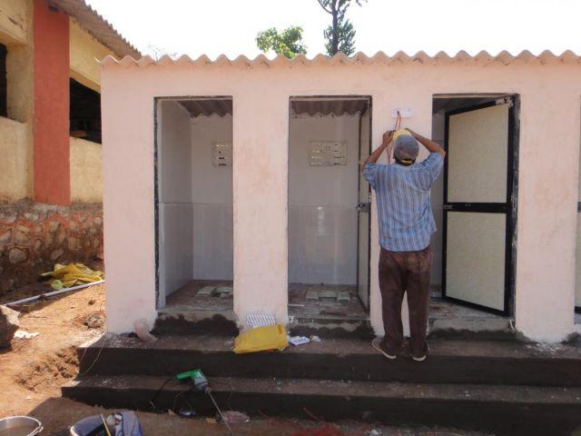 शौचालय निर्माण के लिए बुजुर्ग महिला ने बेच दी अपनी सारी बकरियां