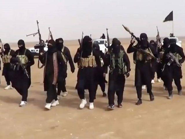 बच्चों को गर्दन काटना और AK-47 चलाना सीखा रहा है ISIS