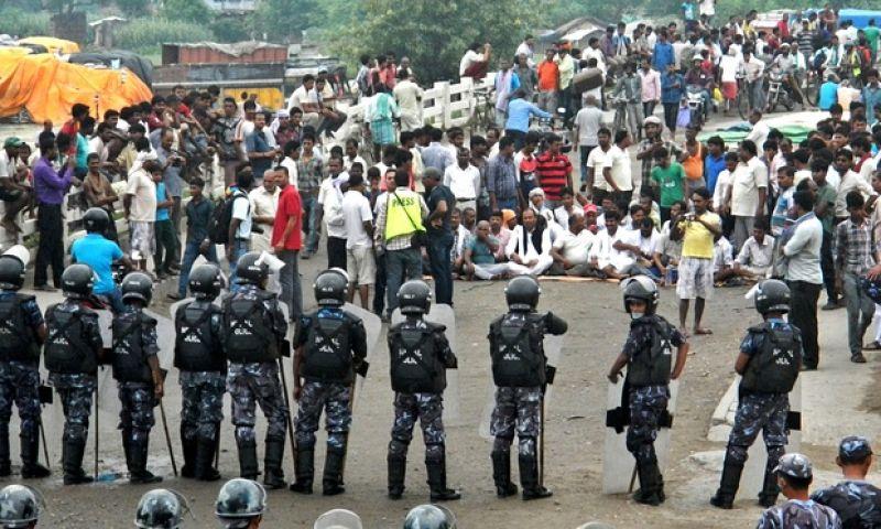 भारत के ट्रक आगे नहीं बढ़ने दे रहा नेपाल