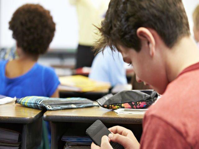 स्मार्टफोन और आईपैड पर बैन की तैयारी