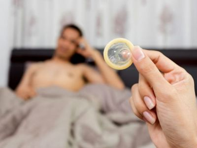 कंडोम के भी होते हैं नेगेटिव इफ़ेक्ट, सेक्स के दौरान रखें ध्यान