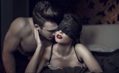सेक्स लाइफ बेहतर बनाने के लिए ट्राई करें Blindfold सेक्स