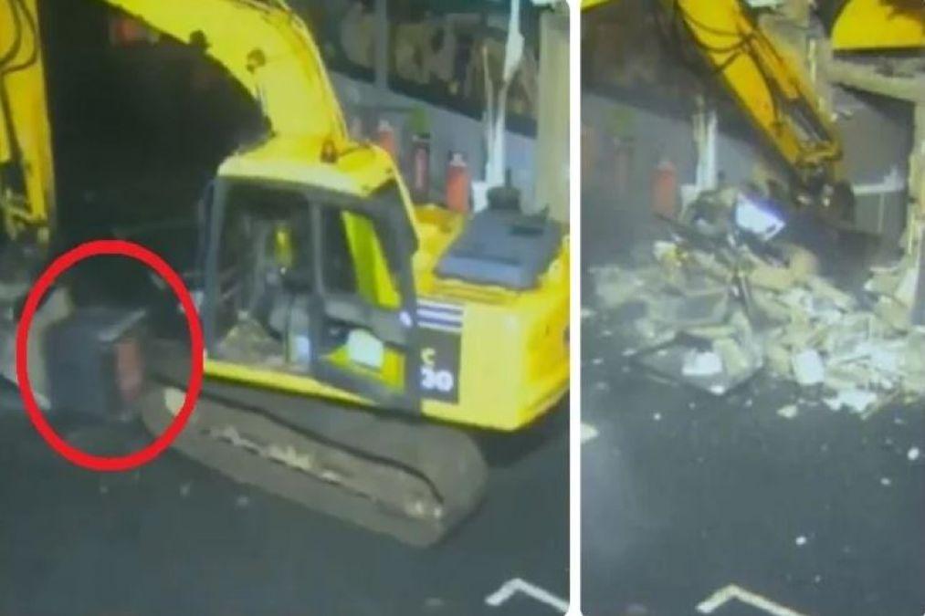 VIDEO में देखें दुनिया की सबसे अनोखी चोरी, करें से ATM उखाड़ ले गए चोर