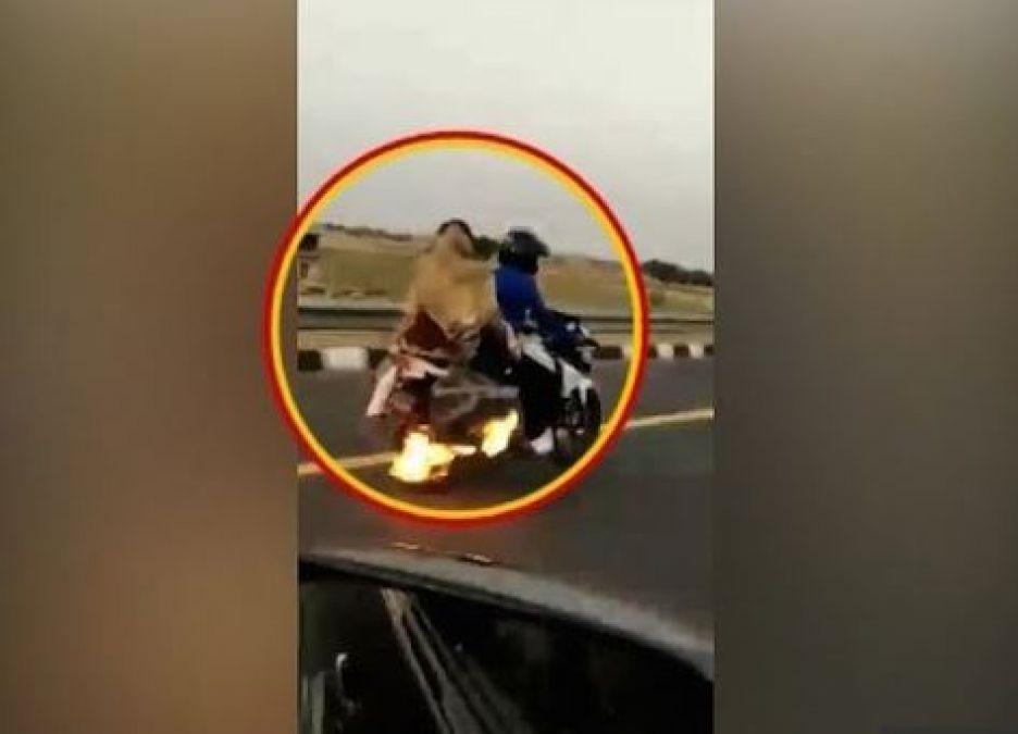 Video : चलती बाइक में लगी आग, ऐसे ही दौड़ाता रहा युवक
